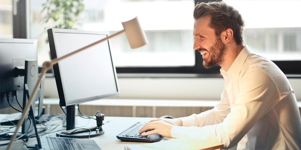 teaser Mann Büro pexels_com